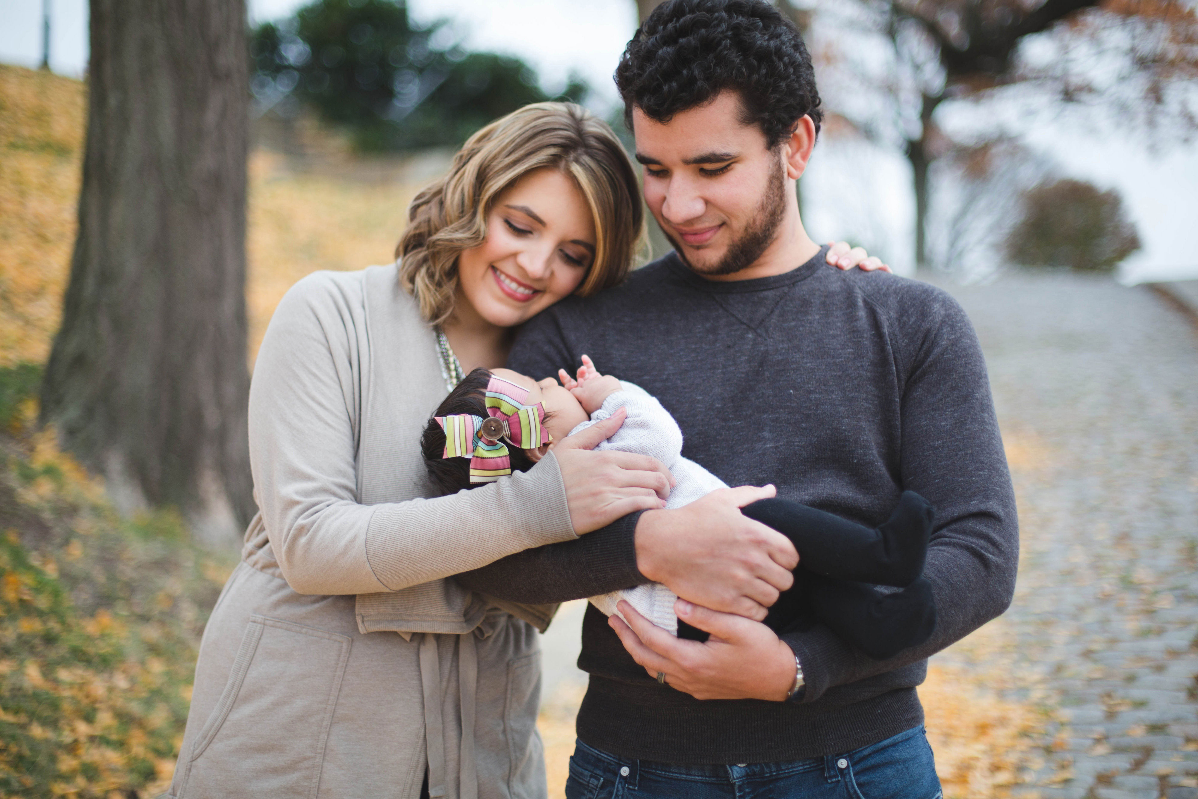 family photo outfits with infant - tips for family photo outfits | www.bylaurenm.com