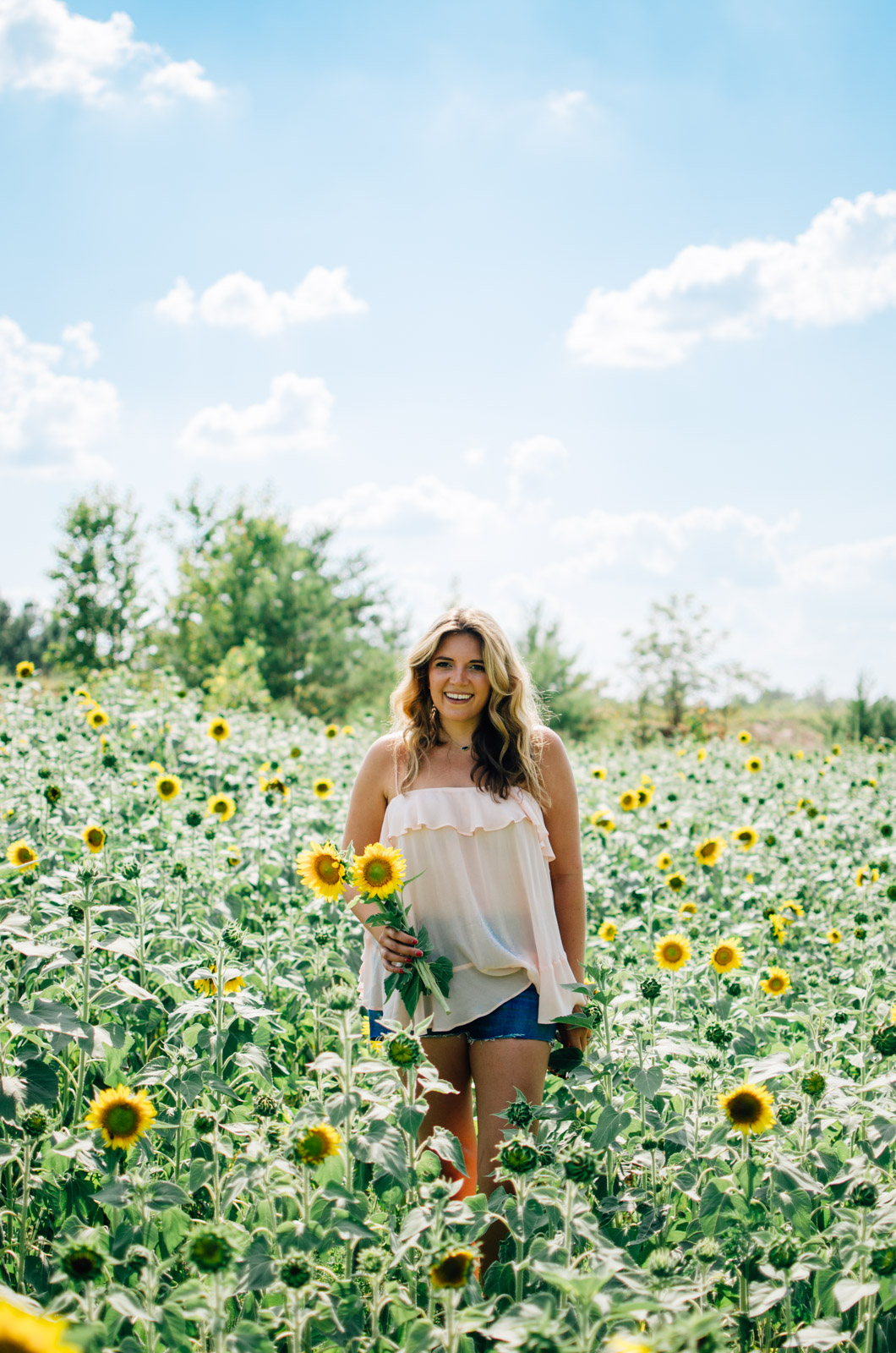 richmond virginia sunflower picking | For more cute summer outfits, head to bylaurenm.com