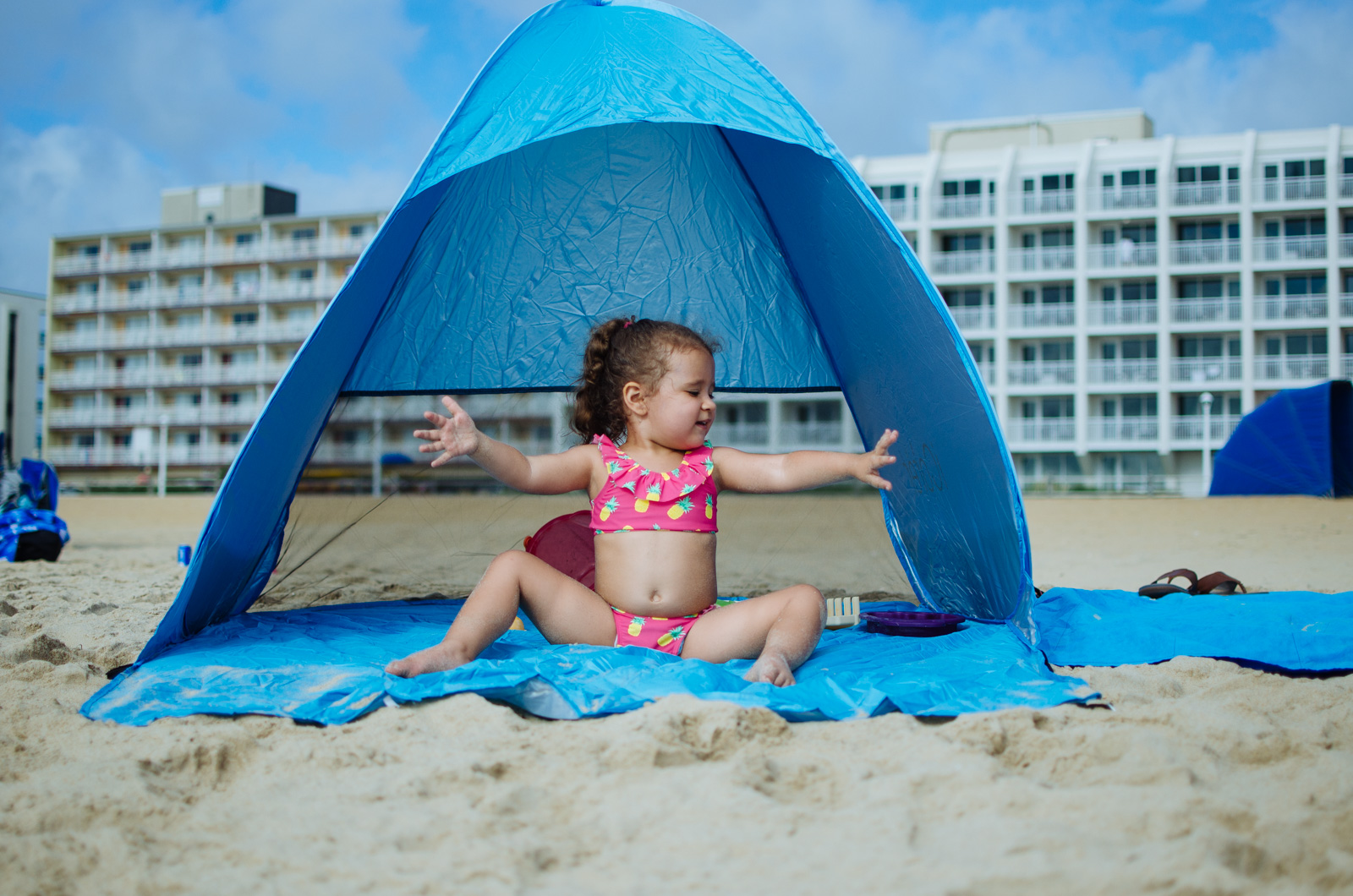 beach tips toddlers - top tips for taking toddlers to the beach. Check out these beach must-haves for kids! | bylaurenm.com