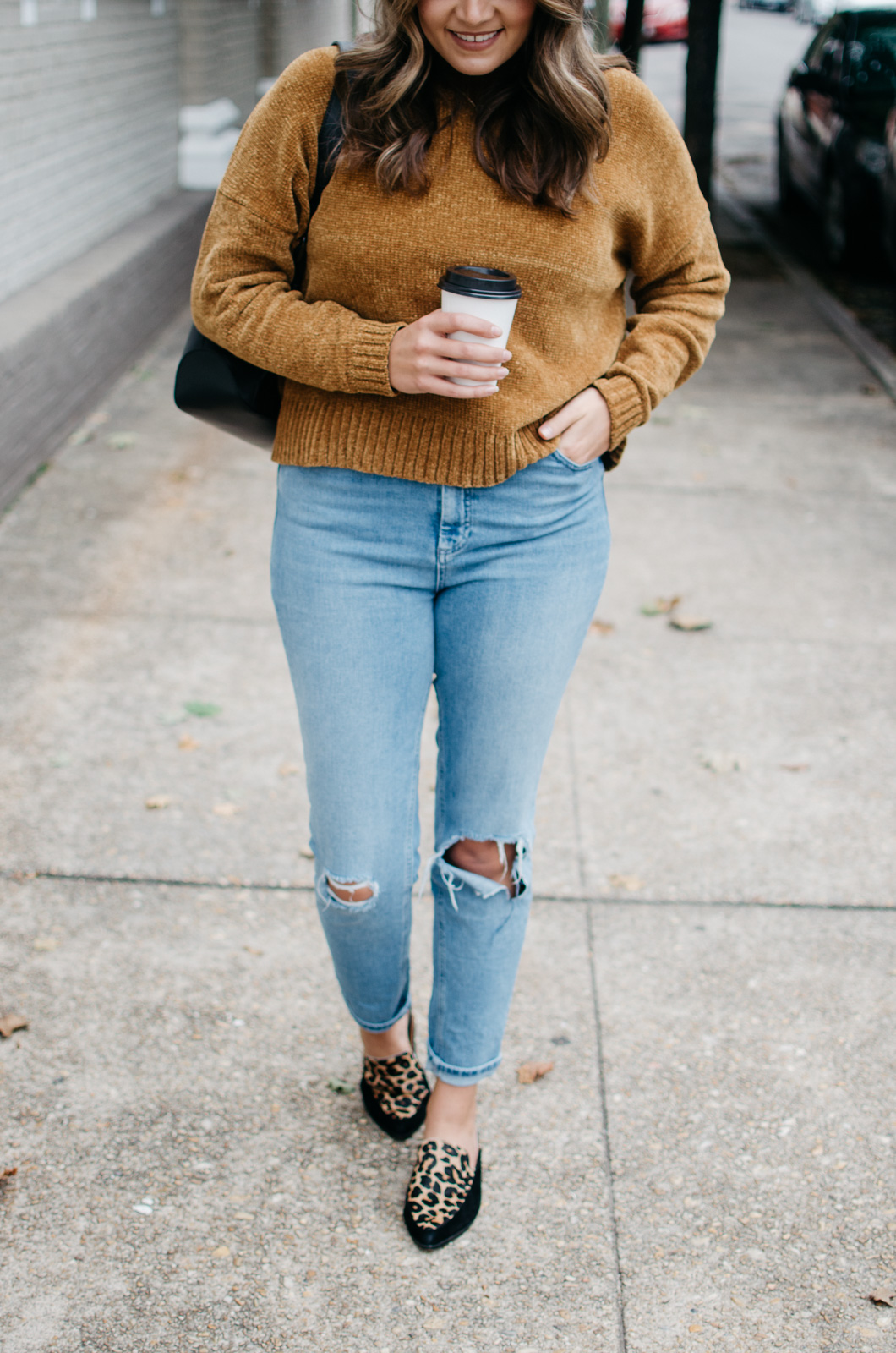 mom jeans fall outfit - how wear mom jeans | See more trendy fall outfits at bylaurenm.com!