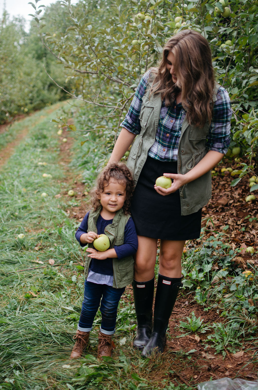 what wear apple picking - mommy and me apple picking outfits | For more mommy daughter outfit ideas, head to bylaurenm.com!