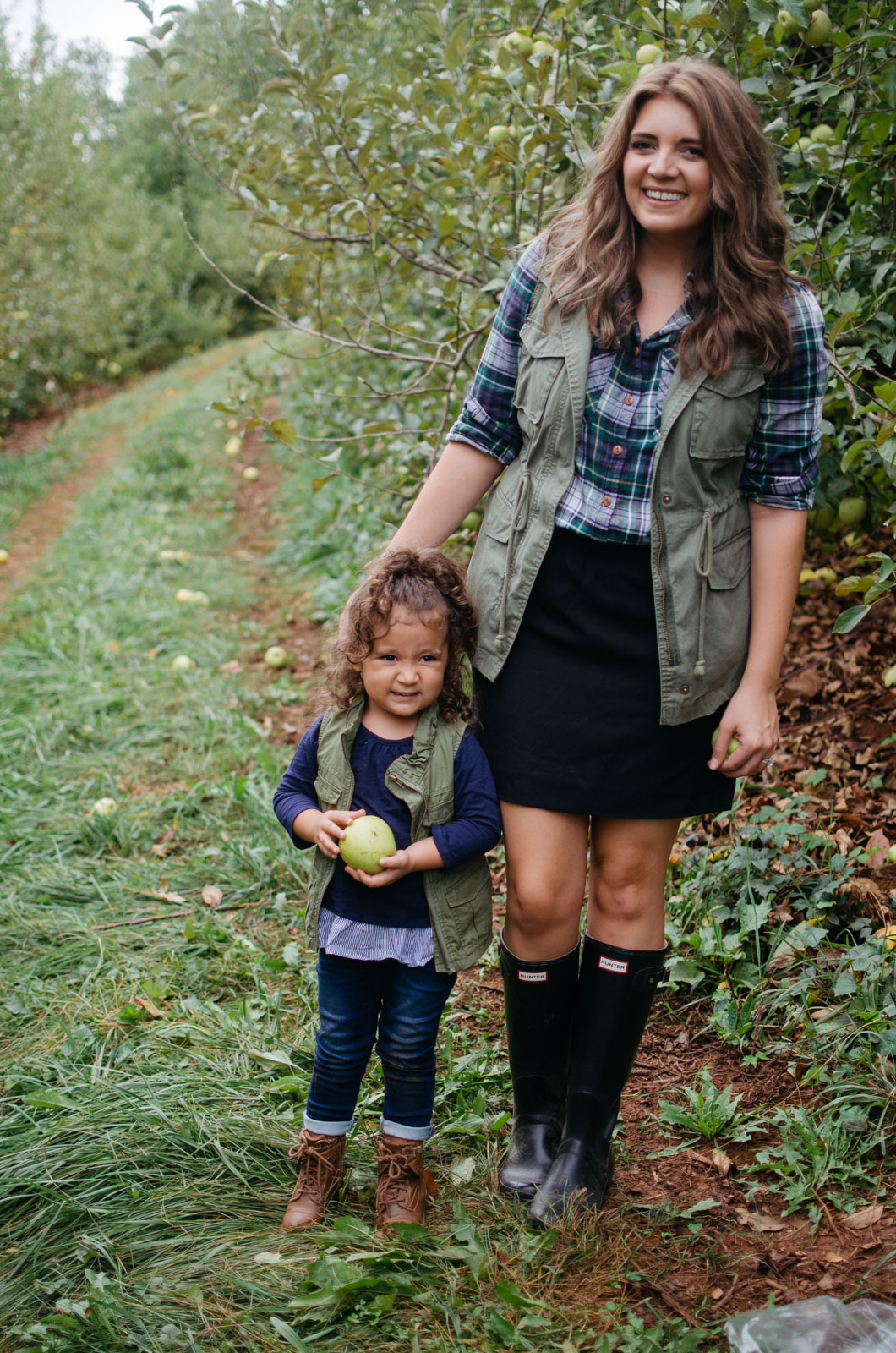 mother daughter matching outfits fall - mommy and me apple picking outfits | For more mommy daughter outfit ideas, head to bylaurenm.com!