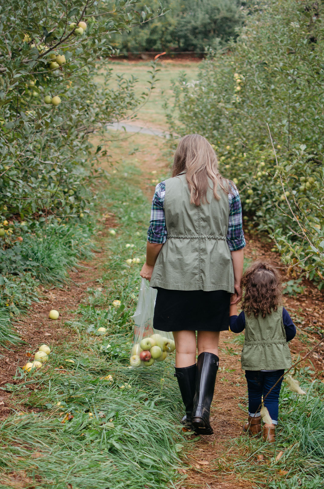 mommy daughter apple picking outfits - what to wear apple picking | For more mommy daughter outfit ideas, head to bylaurenm.com!