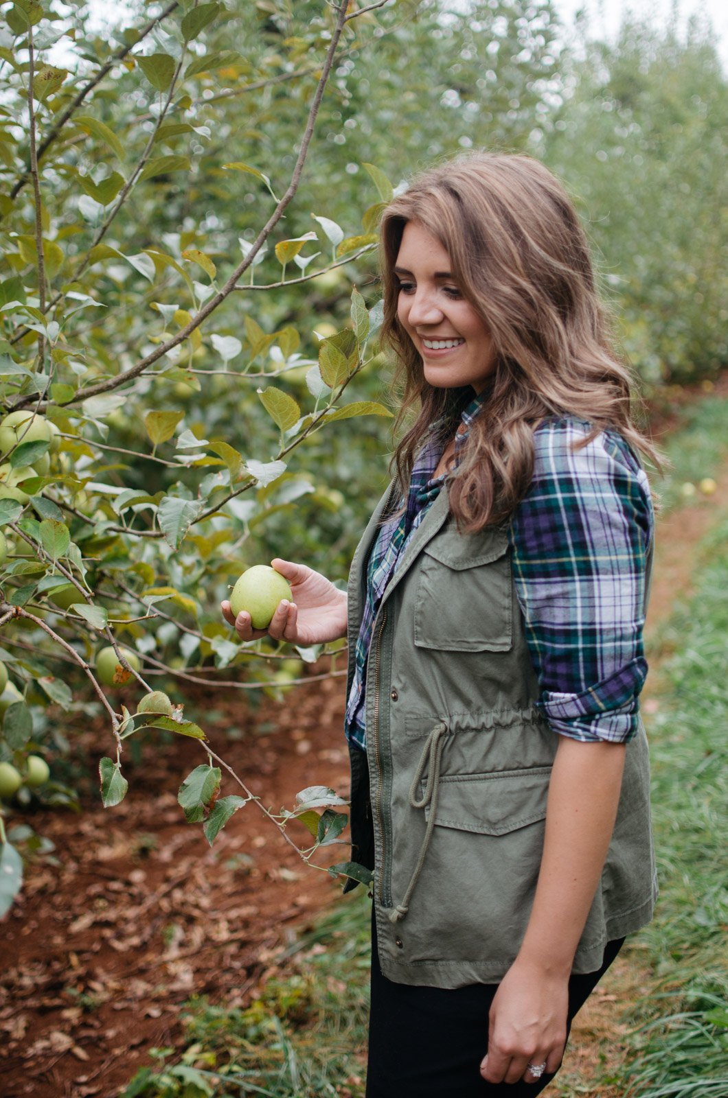 cute apple picking outfit - what to wear apple picking | For more Fall outfit ideas, head to bylaurenm.com!
