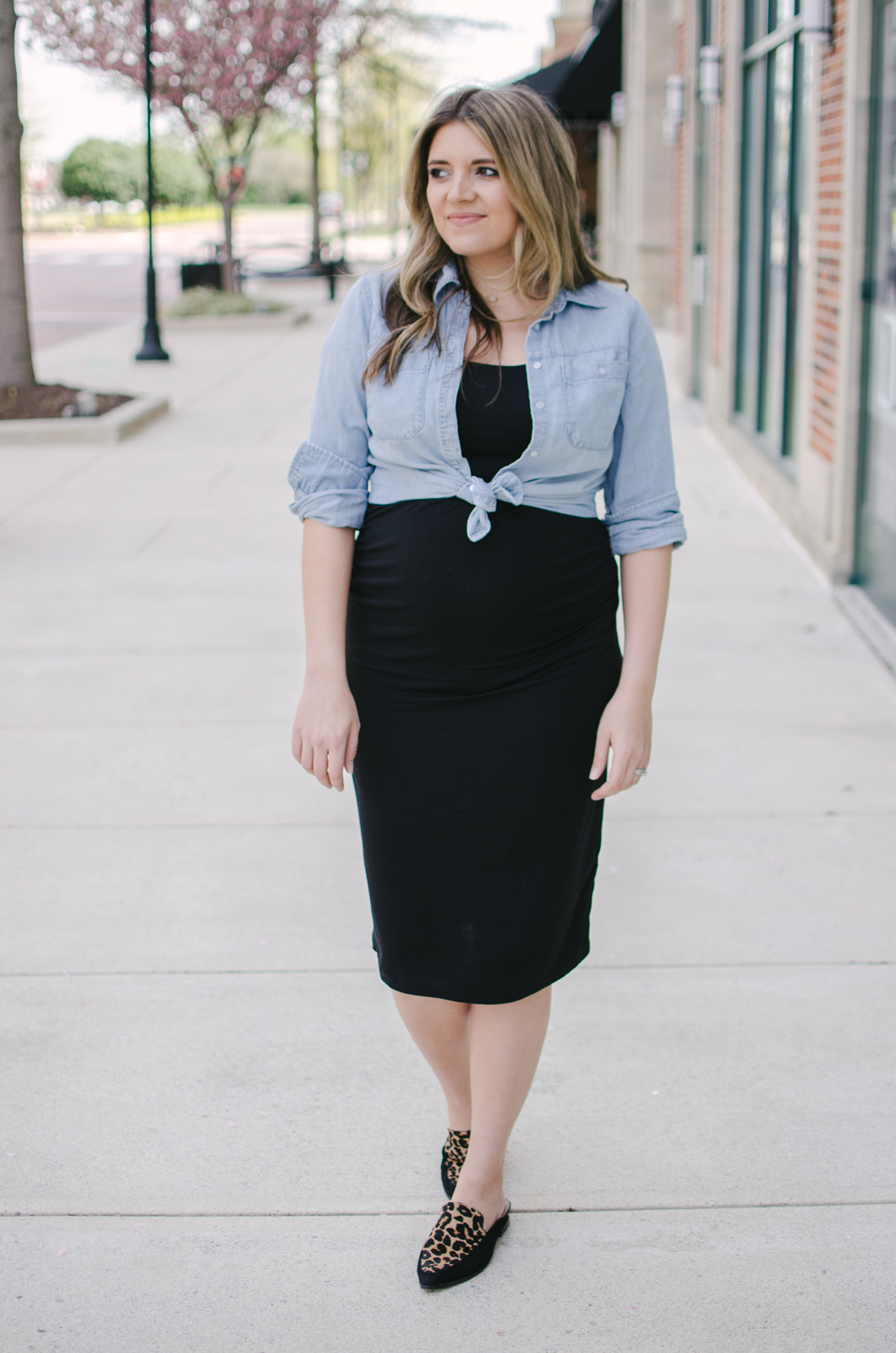 knotted chambray top pregnancy outfit | Sharing three ways to wear a chambray top during pregnancy. Click through for all three looks! bylaurenm.com!