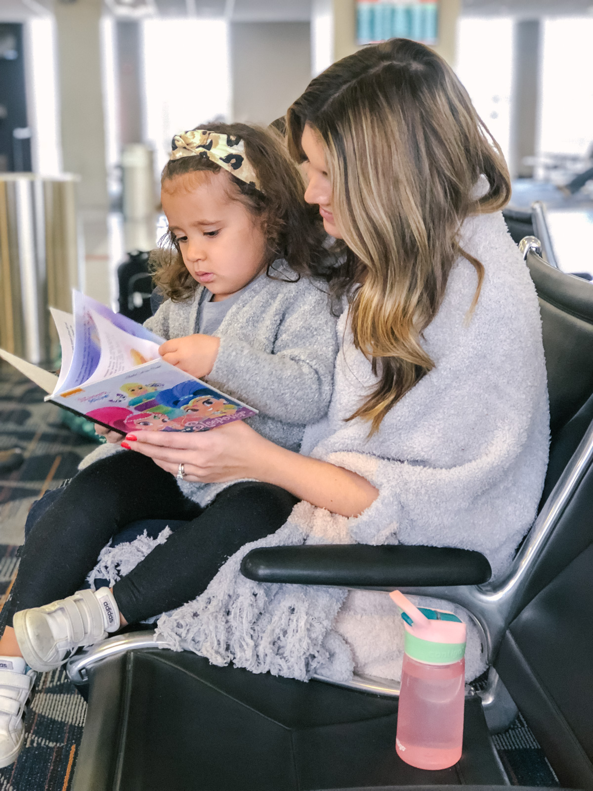 tips for flying with kids: After several years of traveling with my daughter, I'm sharing my top tips for flying solo with kids! You'll be prepped for whatever comes your way! | bylaurenm.com