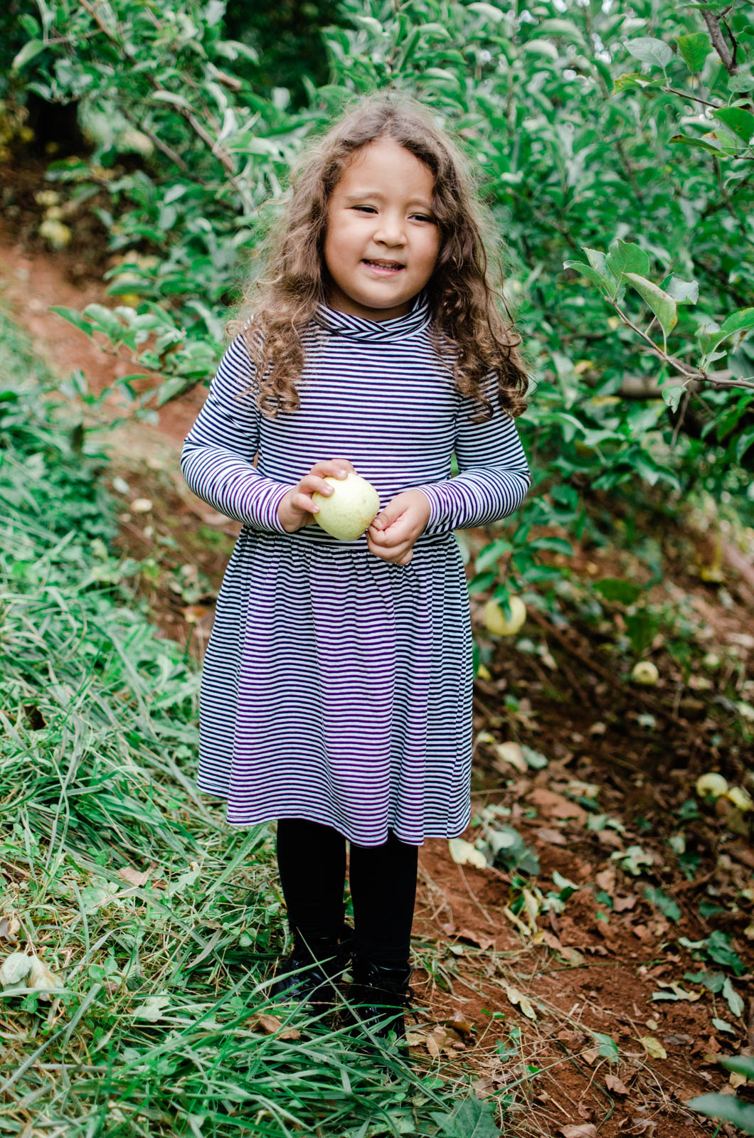 girl apple picking outfits - coordinating fall family outfits | bylaurenm.com