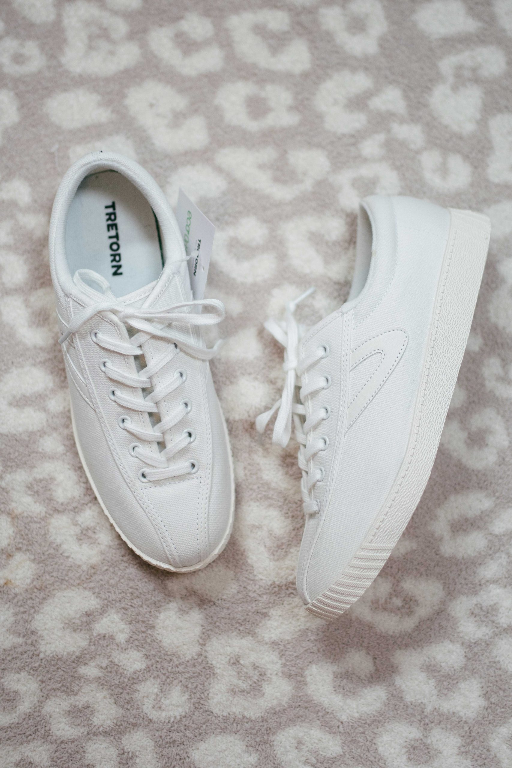 Virginia blogger, Lauren Dix, tries on 10 different pairs of white sneakers for the ultimate white sneaker review! The Tretorn Nylite Plus pictured here are included!
