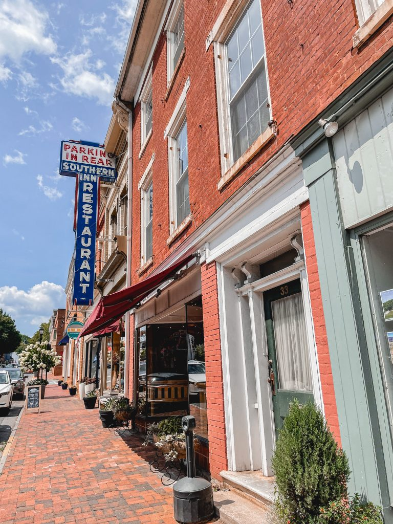 Virginia blogger, Lauren Dix, shares a Lexington Virginia weekend guide, including the best accommodations, places to eat, and what to do in Lexington Va!